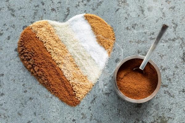 Herz aus verschiedenen Zucker mit Zuckerdose